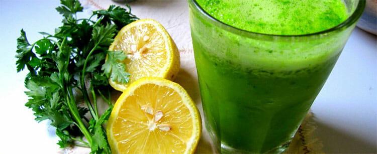 Jugo verde de perejil y limón