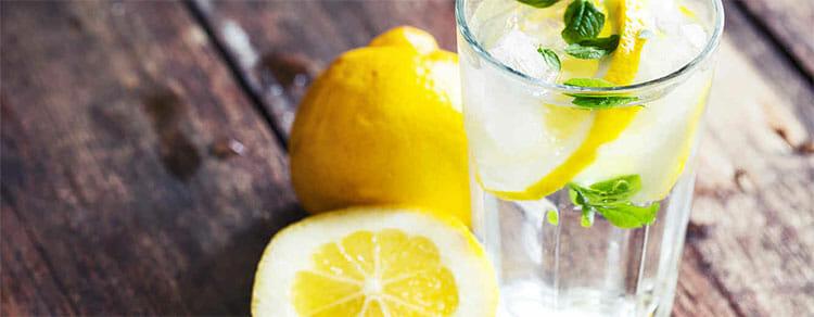 Preparar el agua con limón