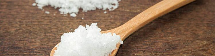 Gárgaras de agua y sal para combatir el dolor de garganta