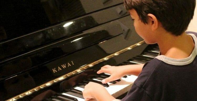 Niños e instrumentos musicales