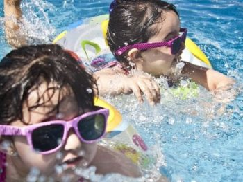 Orinar en la piscina es peligroso para la salud