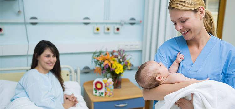 Pediatra con bebe