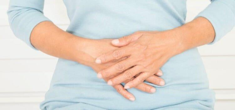 Enfermedad que causa en el hombre abscesos y dolor al orinar